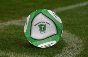 Voetbal met Warnsveldse Boys logo